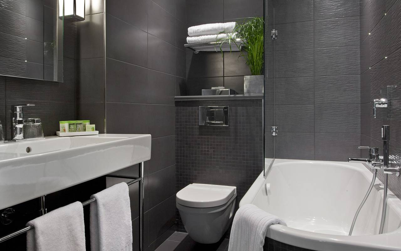 Spacious bathroom Boutique Hotel Paris