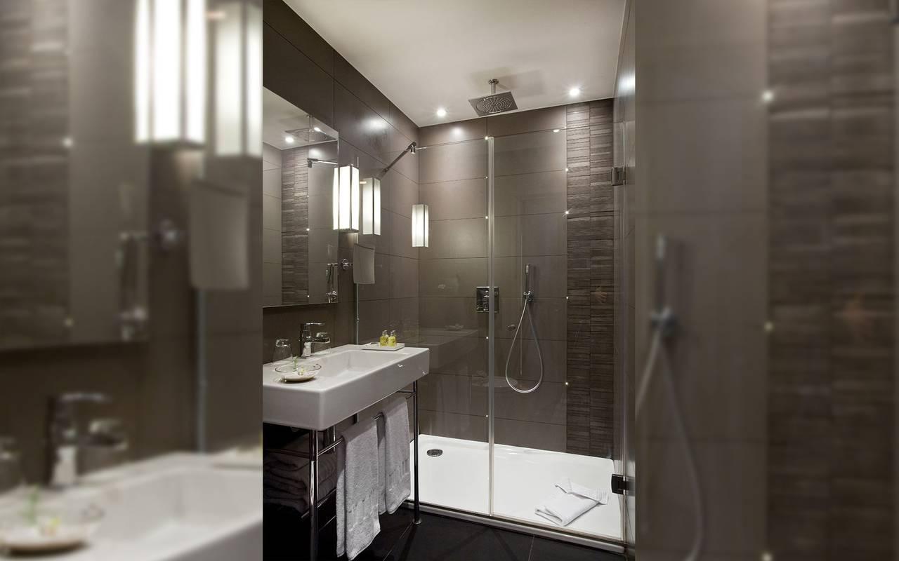 Spacious bathroom Hotel Paris Saint Lazare