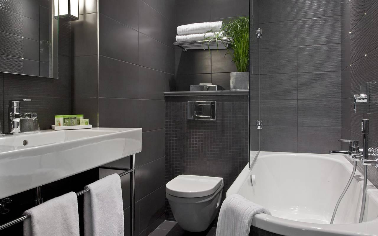 Spacious bathroom Hotel Romantique Paris