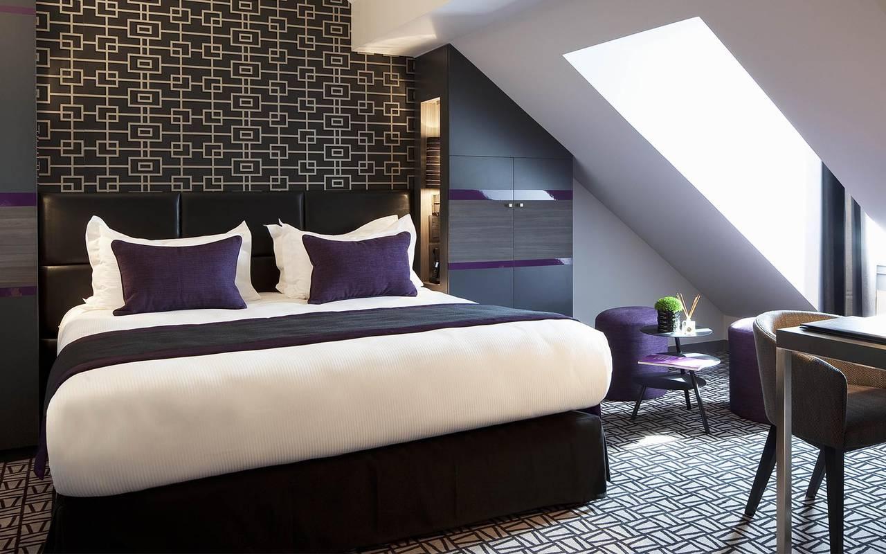 Spacious double room Hotel Romantique Paris