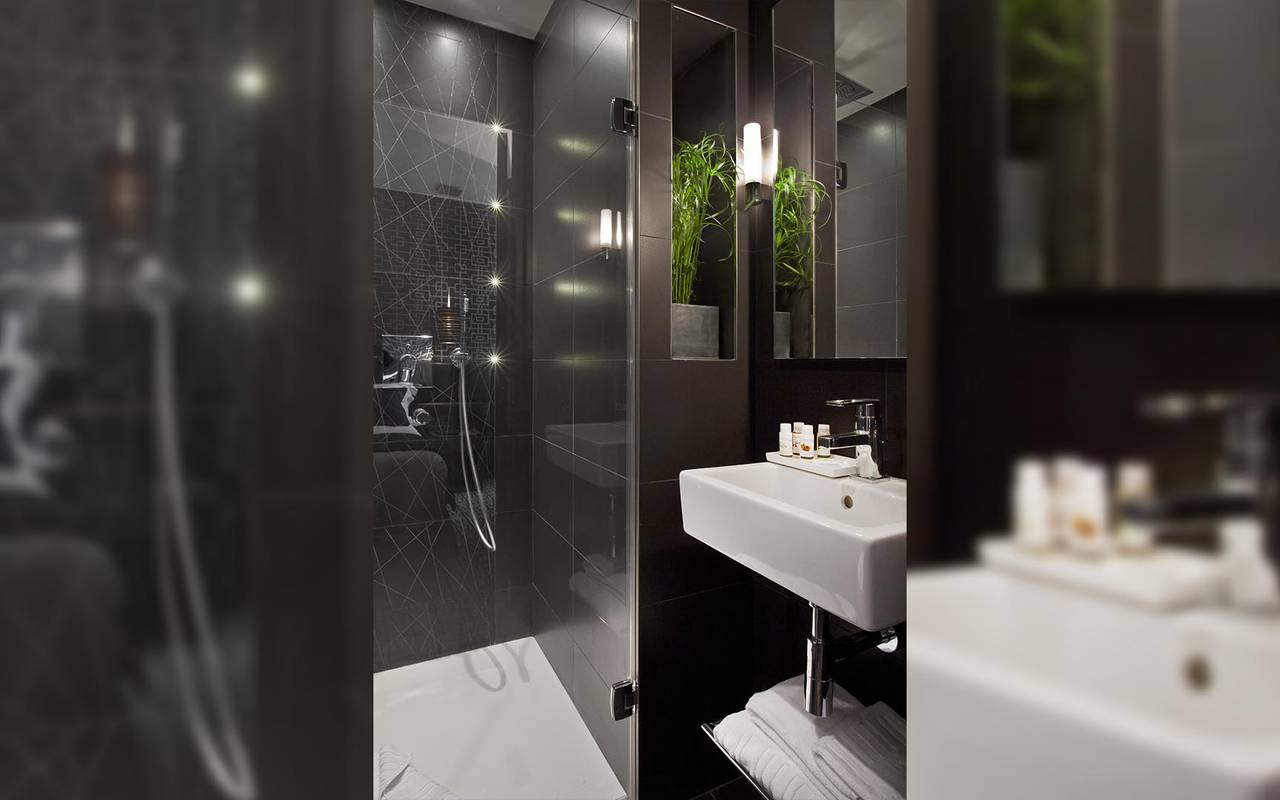 Spacious bathroom Hotel Luxe Paris