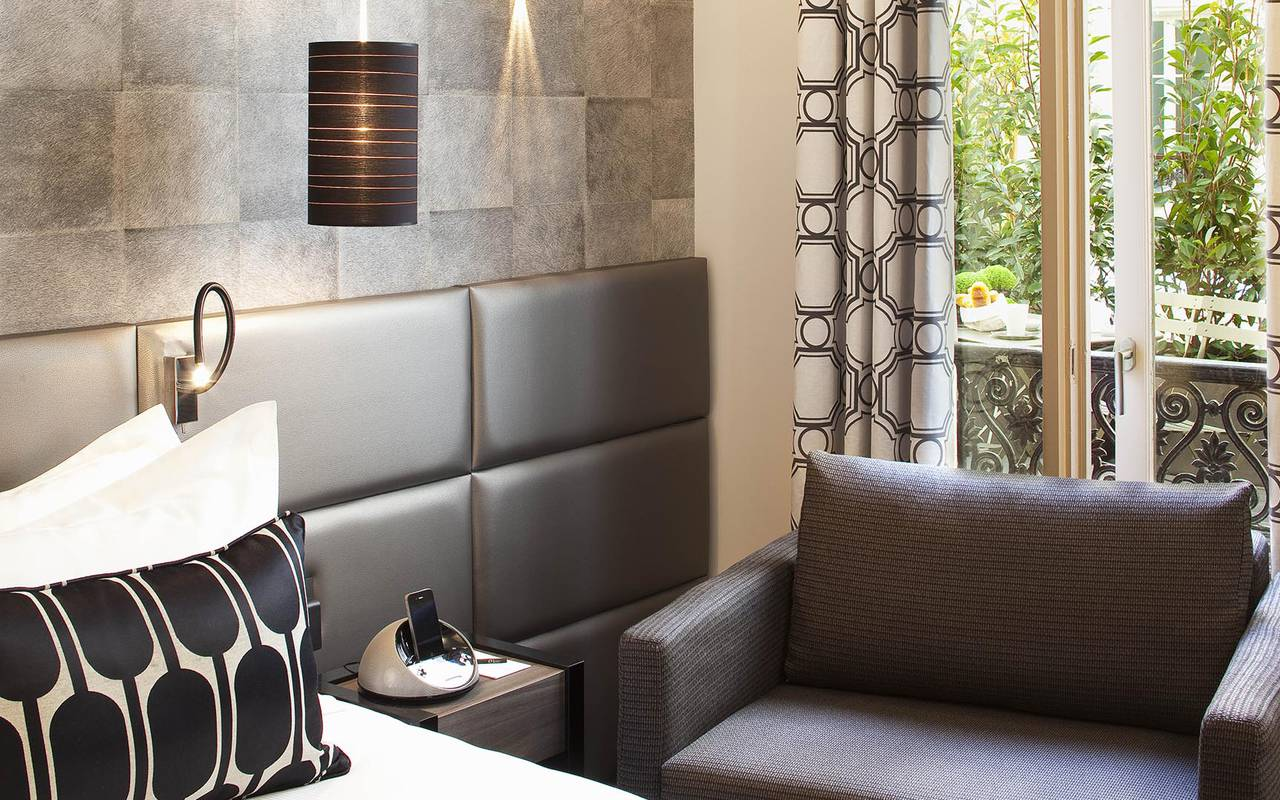 Fauteuil marron dans la chambre Hotel Romantique Paris